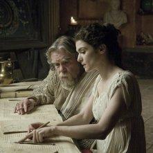 Michael Lonsdale (Theon) e Rachel Weisz (Hypatia) in una scena del film Agora