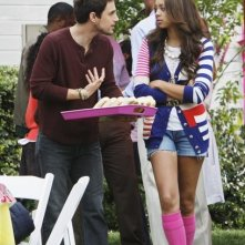 Andrew J. West ed Amber Stevens in una scena dell'episodio Our Fathers della serie Greek