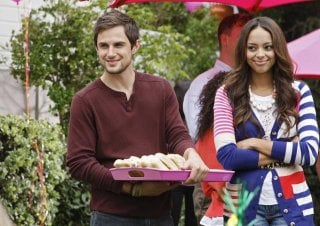 Andrew J. West ed Amber Stevens nell'episodio Our Fathers della serie Greek