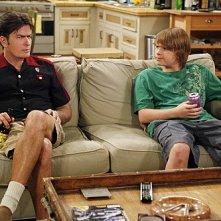 Angus T. Jone e Charlie Sheen nell'episodio Mmm, Fish. Yum. di Due uomini e mezzo