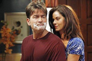 Charlie Sheen e Jennifer Bini Taylor in una scena dell'episodio Whipped Unto the Third Generation della serie Due uomini e mezzo