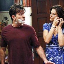 Charlie Sheen e Jennifer Bini Taylor nell'episodio Whipped Unto the Third Generation della serie Due uomini e mezzo