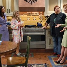 Conchata Ferrell, Jennifer Bini Taylor, Kelly Stables ed Holland Taylor nell'episodio Whipped Unto the Third Generation della serie Due uomini e mezzo