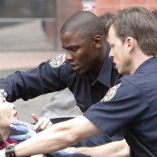 Derek Luke e Kevin Rankin in una scena dell'episodio Stuck di Trauma