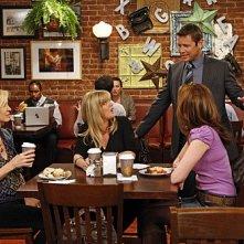 Jenna Elfman, Ashley Jensen e Lennon Parham in una scena dell'episodio Fight Club di Accidentally on Purpose