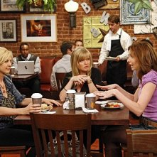 Jenna Elfman, Ashley Jensen e Lennon Parham nell'episodio Fight Club di Accidentally on Purpose