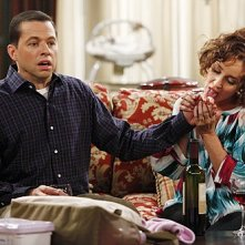 Jon Cryer ed Annie Potts in una scena dell'episodio Mmm, Fish. Yum. di Due uomini e mezzo