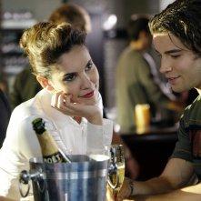 Kensi (Daniela Ruah) chiacchiera amabilmente con Joel (Brian Kubach) in una scena dell'episodio Predator di NCIS: Los Angeles