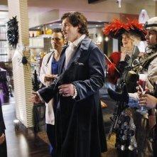 Nathan Fillion e Stana Katic e Tamala Jones in un momento dell'episodio Vampire Weekend della serie Castle