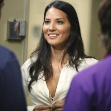 Olivia Munn in una scena dell'episodio Fight The Power della serie Greek