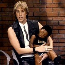 Sacha Baron Cohen nei panni di Bruno in una scena del film in cui presenta il suo bambino adottivo di colore al pubblico di un talk show
