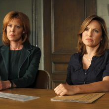 Christine Lahti e Mariska Hargitay in una scena dell'episodio Unstable di Law & Order: SVU