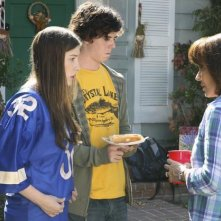 Eden Sher, Charlie McDermott e Patricia Heaton in una scena dell'episodio The Block Party della serie The Middle