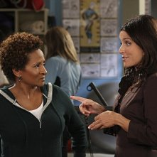 Julia Louis-Dreyfus e Wanda Sykes in una scena dell'episodio The Mole de La complicata vita di Christine
