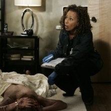 Tamara Tunie in una scena dell'episodio Hammered della serie Law & Order: SVU