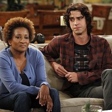 Wanda Sykes e Hamish Linklater in una scena dell'episodio Burning Love de La complicata vita di Christine
