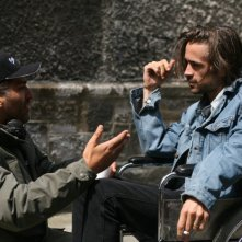 Il regista Danis Tanovic e Colin Farrell sul set del film Triage