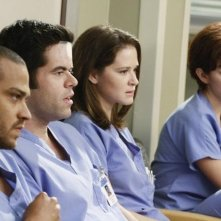 Jesse Williams, Robert Baker, Sarah Drew e Nora Zehetner  in una scena dell'episodio I Saw What I Saw di Grey's Anatomy