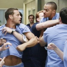 Justin Chambers e Jesse Williams in una scena dell'episodio I Saw What I Saw di Grey's Anatomy