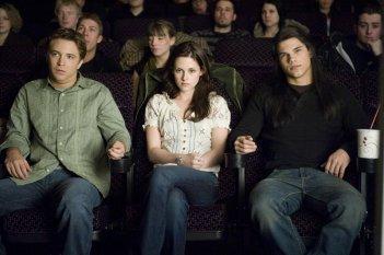 Mike (Michael Welch), Bella (Kristen Stewart) e Jacob (Taylor Lautner) al cinema nel film Twilight: New Moon