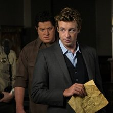 Simon Baker, Derk Cheetwood e Matthew John Armstrong in una scena dell'episodio Red Scare di The Mentalist