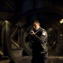Brian J. Smith in una scena di azione della premiere di Stargate Universe