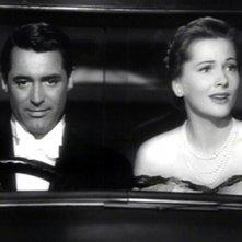 Cary Grant accanto a Joan Fontaine in una scena del film Il sospetto ( 1941 )