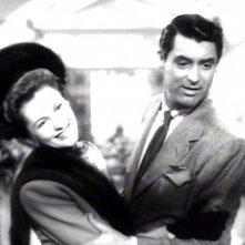 Cary Grant e una sorridente Joan Fontaine in una scena del film Il sospetto ( 1941 )