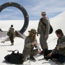 David Blue, Christina Schild e Robert Carlyle analizzano il terreno nell'episodio Air: Part 3 di Stargate Universe