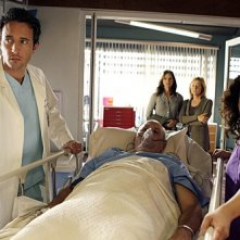 Three Rivers: Alex O'Loughlin, Justina Machado e James Dumont in una scena dell'episodio Alone Together