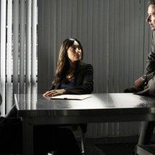 Adam Goldberg, Aya Sumika e Rob Morrow nella scena di un'interrogatorio dell'episodio Where Credit's Due di Numb3rs