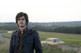 Andrew Garfield in una scena del film Red Riding: 1974