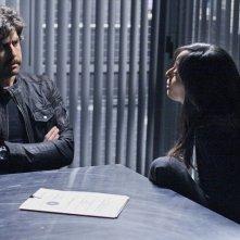 Aya Sumika e la guest star Adam Goldberg nella scena di un'interrogatorio nell'episodio Where Credit's Due di Numb3rs