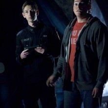 Sergente Riley (Haig Sutherland) ed Eli Wallace (David Blue) in una scena dell'episodio Darkness di Stargate Universe