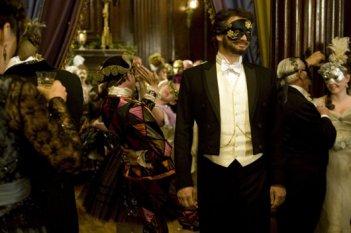 Colin Firth nel ruolo di Lord Henry Wotton in una scena di Dorian Gray