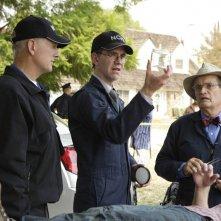 Mark Harmon, Brian Dietzen e David McCallum sulla scena del crimine nell'episodio Code of Conduct di Navy N.C.I.S.