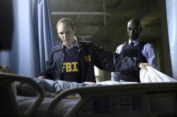 Fringe: Anna Torv e Lance Reddick in una scena dell'episodio Earthling