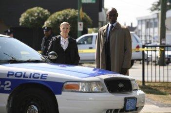 Fringe: Anna Torv e Lance Reddick nell'episodio Earthling