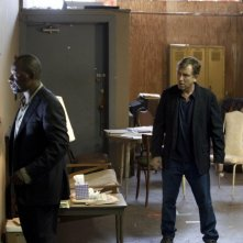 Lie to Me: la guest star Lennie James con Tim Roth in una scena dell'episodio Grievous Bodily Harm