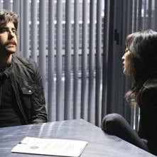 Numb3rs: Aya Sumika e la guest star Adam Goldberg nell'episodio Where Credit's Due