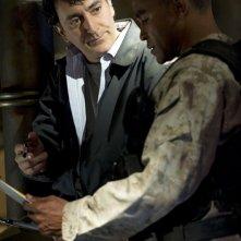 Peter Kelamis parla con Jamil Walker Smith nell'episodio Darkness di Stargate Universe