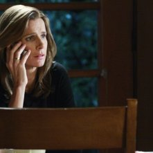 Rachel Griffiths in una scena dell'episodio 'From France with Love' della quarta stagione di Brothers & Sisters
