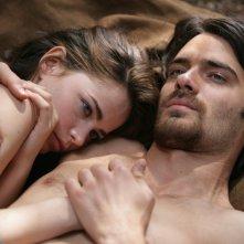 Cosima Coppola e Giulio Berruti in una scena calda della fiction Mediaset Il falco e la colomba