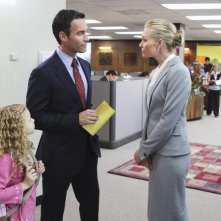 Better Off Ted: Jay Harrington e Portia de Rossi in una scena dell'episodio Through Rose Colored Hazmat Suits