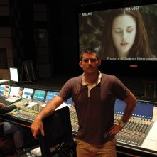 Chris Weitz durante la fase di mixaggio audio del film Twilight: New Moon