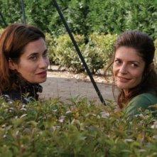 Emmanuelle Devos e Chiara Mastroianni in una scena del film Bancs publics (Versailles rive droite)