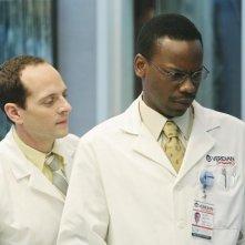Malcolm Barrett e Jonathan Slavin nell'episodio Heroes di Better Off Ted