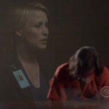 Medium, stagione 6: Patricia Arquette riflessa in un vetro nell'episodio The Medium is the Message