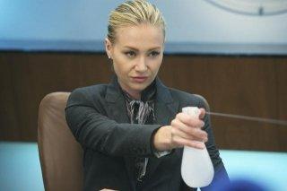 Portia de Rossi in una scena dell'episodio Heroes di Better Off Ted