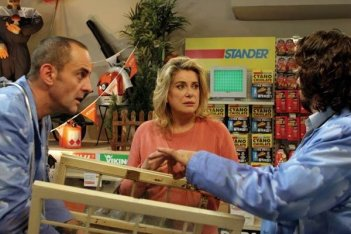Patrick Ligardes e Catherine Deneuve in una scena del film Bancs publics (Versailles rive droite)